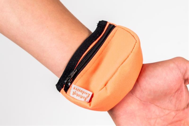Pamlskovník nylon na zápěstí neon oranžový 9 x 6 x 3,5 cm