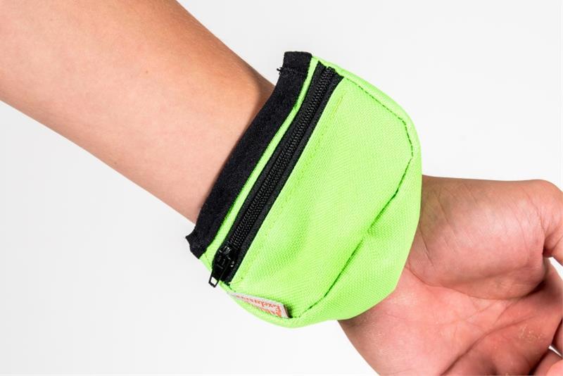 Pamlskovník nylon na zápěstí neon zelený 9 x 6 x 3, 5 cm